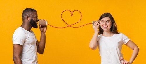 Glimlachen tijdens een telefoongesprek werkt ook heel goed, omdat de toon van je stem verandert doordat je bepaalde spieren in je gezicht aanspant. Degene die gebeld wordt kan dit gegarandeerd horen.
